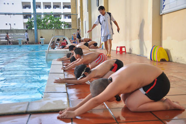 Luôn nhớ khởi động cơ thể trước khi luyên tập bơi lội