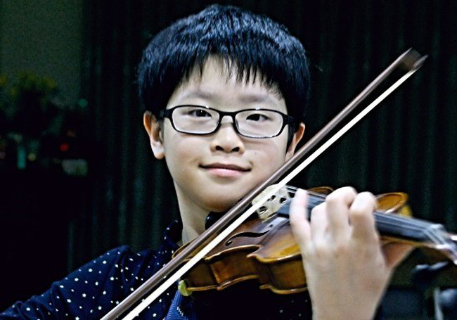 Ten year old violinist Cao Hoang Linh (File photo)