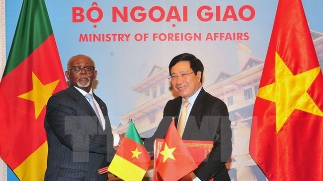 Deputy Prime Minister and Minister Pham Binh Minh (R) and Cameroon Foreign Minister Lejeune Mbella Mbella at the signing ceremony of bilateral agreements (Photo: VNA)