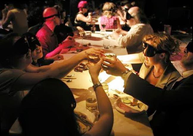 Jordan: Độc lạ nhà hàng ăn trong bóng tối - ảnh 1