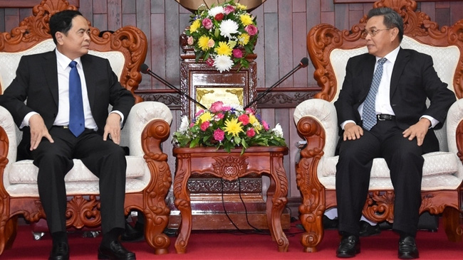 President of the Vietnam Fatherland Front Central Committee Tran Thanh Man (L) and Chairman of the Lao Front for National Construction Saysomphone Phomvihane (Photo: daidoanket.vn)