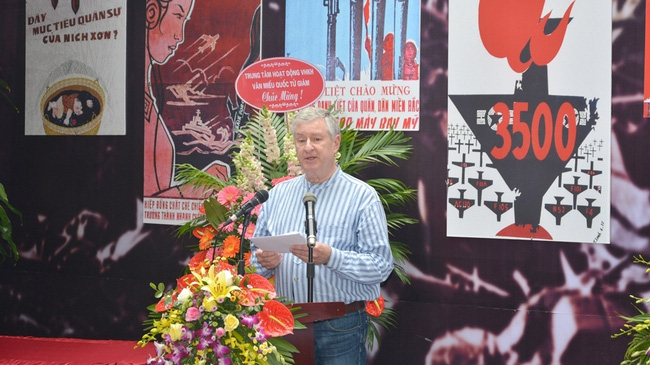 American anti-war prisoner sergeant Robert P. Chenoweth speaking at the opening ceremony of the 'Finding Memories' exhibition in Hanoi on November 29, 2017. (Photo: hoalo.vn)