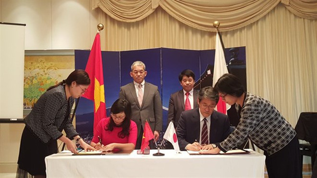 Japanese Ambassador to Vietnam Umeda Kunio (right) signs a grant assistance contract with Ngo Thu Ha, principal of Hoang Van Thu elementary school in the northern province of Lang Son (Source: VNA)