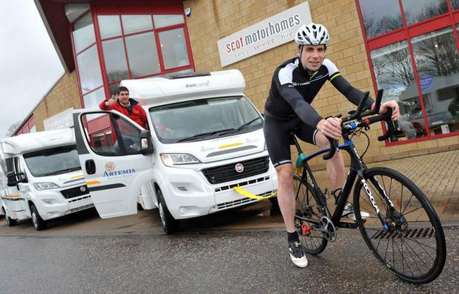 Vận động viên Anh đạp xe vòng quanh thế giới trong 80 ngày | VTV.VN