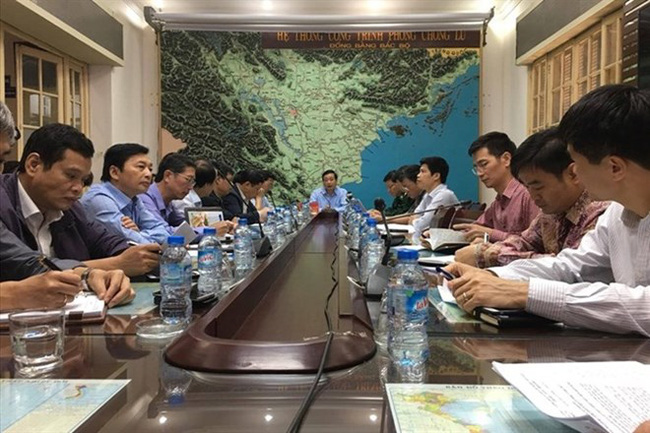 The committee members are discussing the storm preparedness plan. (Photo: laodong.vn)