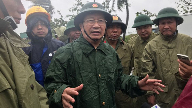 Deputy PM Trinh Dinh Dung inspects storm-hit localities in Khanh Hoa province.