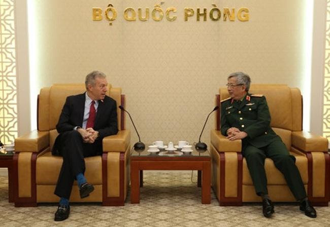 Deputy Minister of National Defence Sen. Lieut. Gen. Nguyen Chi Vinh (R) meets US Ambassador to Vietnam Ted Osius (photo: VOV)