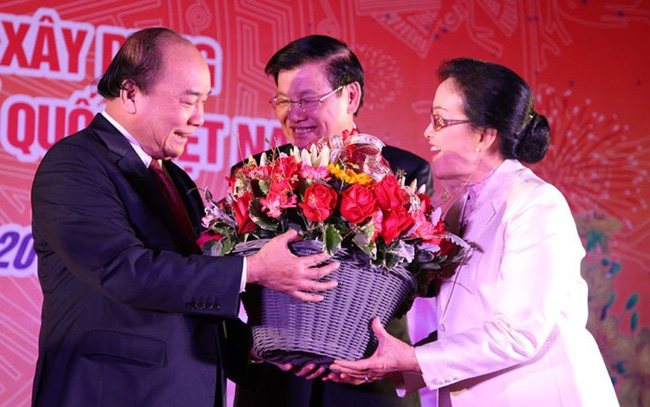 Lao Prime Minister Thongloun Sisoulith and his spouse present flowers to the Vietnamese Prime Minister. (Photo: VOV)