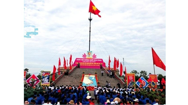 The flag-raising ceremony at Hien Luong Bridge