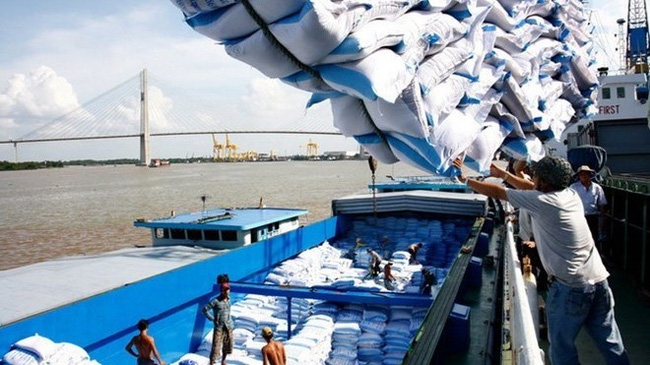 Rice bags are loaded onto a barge for shipment (Photo: VNA)