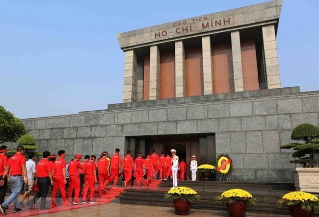Volunteers of the Red Journey, a blood donation campaign, pay respect to President Ho Chi Minh at the mausoleum. (Photo: VNA)