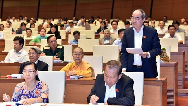 NA Deputy Nguyen Thien Nhan from Ho Chi Minh City speaks during the NA discussion on October 27. (Photo: NDO/Duy Linh)
