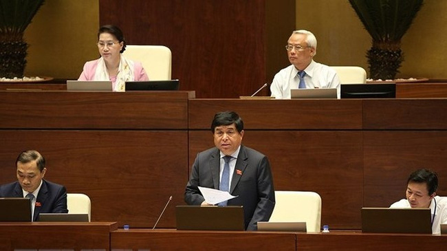 Minister of Planning and Investment Nguyen Chi Dung clarified several issues raised by deputies.