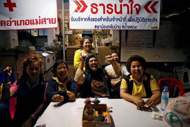 Volunteers celebrate at a press centre near Tham Luang cave complex. (Photo: Reuters)
