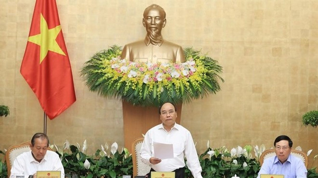 Prime Minister Nguyen Xuan Phuc (C) speaks at the meeting (Photo: VNA)