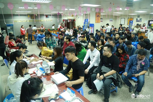 Blood donors wait for their turn at the National Institute of Hematology and Blood Transfusion . (Photo infonet.vn)