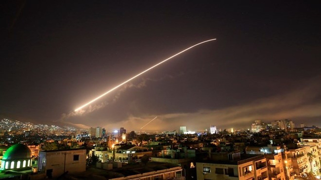 Syria's Damascus sky lights up with service to air missile fire (Photo: VNA/AP)