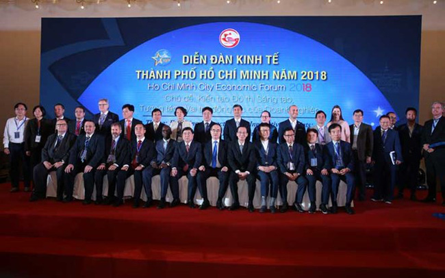 Delegates take photo at the Ho Chi Minh City Economic Forum 2018 (Source: doanhnhansaigon.vn)