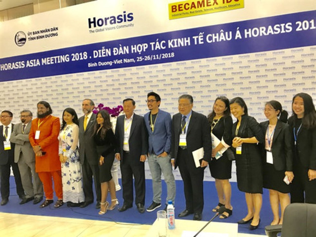 Delegates pose for photos during a break of the opening plenary session held on November 25 as part of the Asia Horasis Meeting that will officially begin today. VNS Photo Bo Xuan Hiep