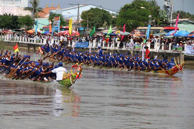 A boat race takes place on the Long Binh River in Tra Vinh city, Tra Vinh province, on November 21 to celebrate the Ok Om Bok Festival (Photo: VNA)