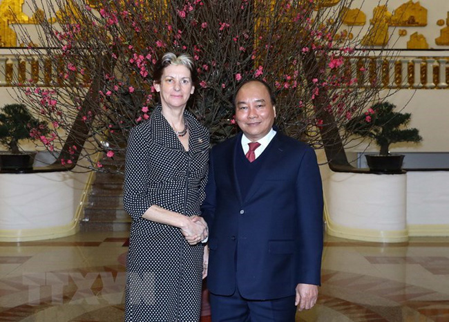 Prime Minister Nguyen Xuan Phuc (R) welcomes UN Coordinator of the Scaling Up Nutrition Movement Gerda Verburg (Source: VNA)