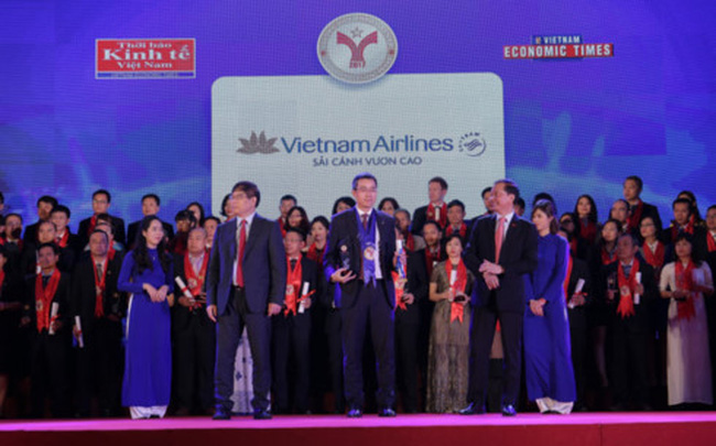 Vietnam Airlines' Executive Vice President Dang Ngoc Hoa (C) receives the 2017