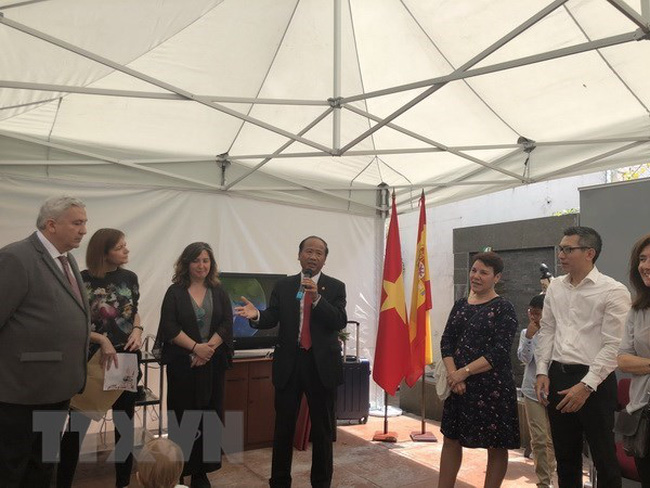 Vietnamese Ambassador to Spain Ngo Tien Dung (centre) speaks at the auction of photos on the ocassion of the 128th birth anniversary of late President Ho Chi Minh (Photo: VNA)