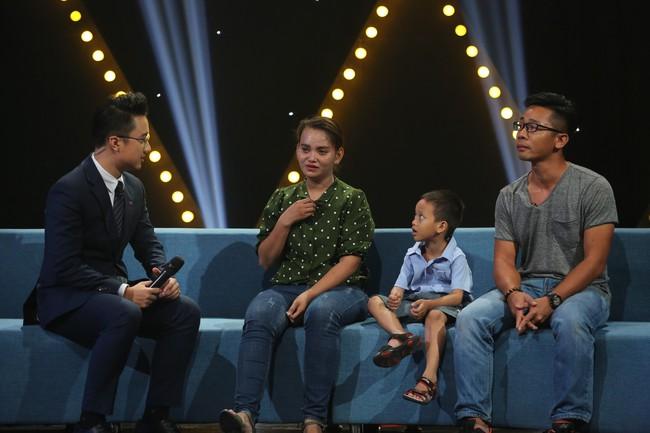 VTV.vn - Cậu bé xếp dép Nguyễn Danh Thành Đạt cùng mẹ và bố nuôi Nghĩa Phạm  - người chụp và đưa bức ảnh của em lên mạng đã có nhiều chia ...