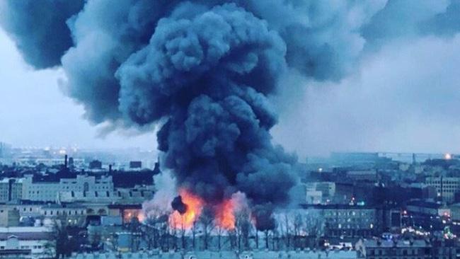 Cháy trung tâm thương mại ở St Petersburg - ảnh 1
