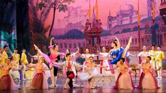 The remake of the ballet conveys a message that people dream of nothing but a better life with love and joy. (Photo: VNOB)