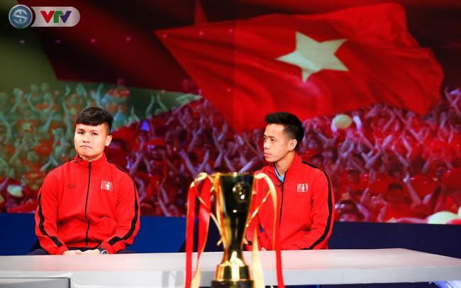 """VTV.vn - Ngay sau khi vô địch AFF Cup 2018 một ngày, thủ quân Văn Quyết và  Quang Hải của ĐT Việt Nam sẽ xuất hiện trên bản tin """"360 độ Thể thao"""" hôm  nay ..."""