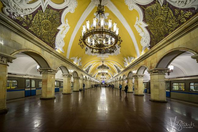 Bày bán biển chỉ dẫn ga tàu điện ngầm Moscow, Nga