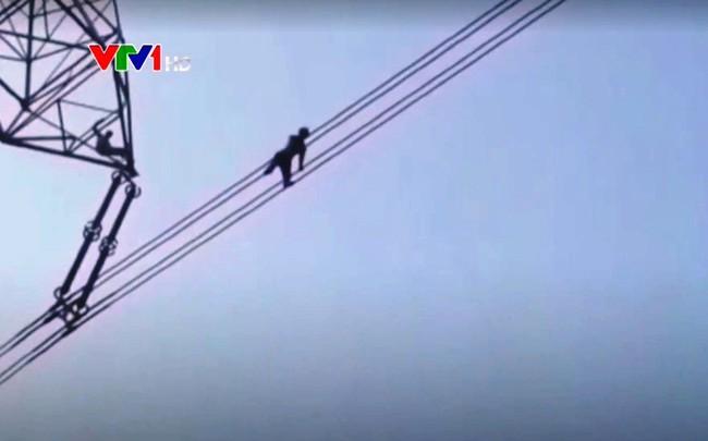 Ấn Độ: Cứu thoát người đàn ông đi trên dây điện để tự tử - ảnh 1