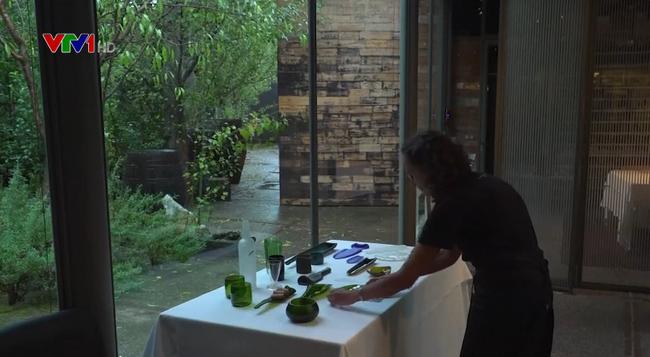 Nhà hàng tái chế thủy tinh thành đồ trang trí - ảnh 1