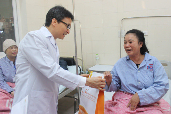 Phó Thủ tướng Vũ Đức Đam thăm, tặng quà bệnh nhân ung thư - ảnh 3