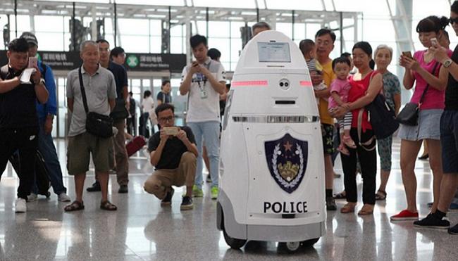 Trải nghiệm mới mẻ với cảnh sát robot tại các nhà ga - ảnh 1