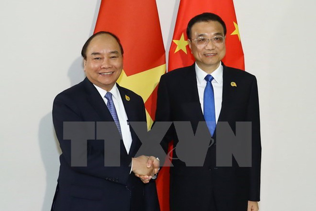 Prime Minister Nguyen Xuan Phuc (L) and Chinese Premier Li Keqiang