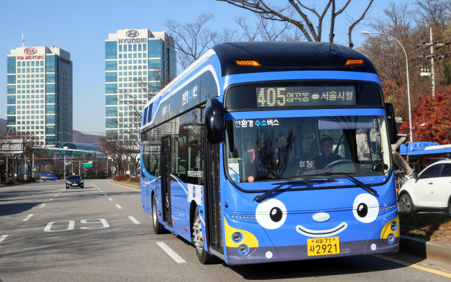 City bus No. 405 powered by hydrogen on its first day of a pilot operation in Seoul (Hyundai Motor)