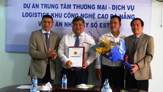 Vice Chairman of Da Nang municipal People's Committee Ho Ky Minh grants an investment certificate to Southeastern Asia Hi-Tech Logistics JSC