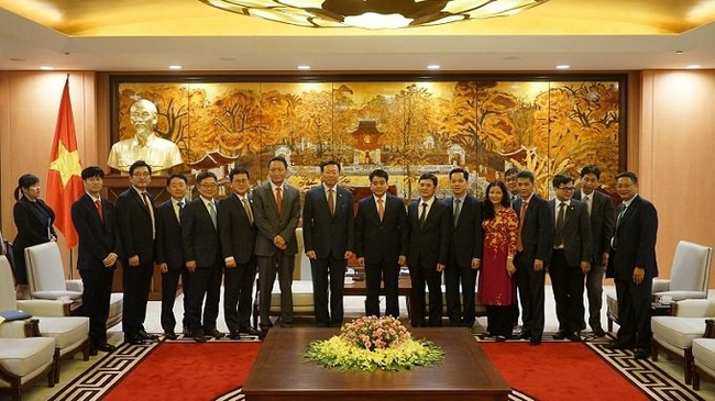Chairman of the Hanoi People's Committee Nguyen Duc Chung poses with the RoK guests at the reception on December 3.