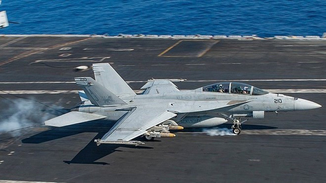 Rơi máy bay tiêm kích F-18 của Hải quân Mỹ, 2 phi công mất tích - ảnh 2