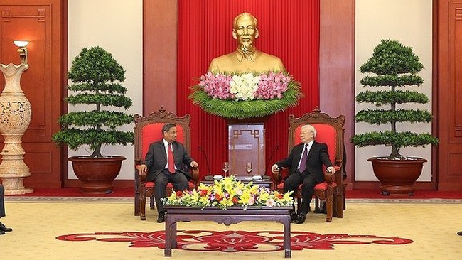 General Secretary Nguyen Phu Trong receives Chansy Phosikham, head of the LPRP's Central Organisation Commission.