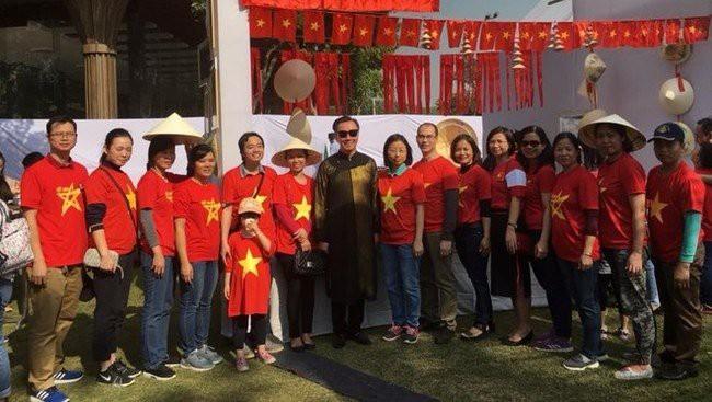 Representatives from Vietnamese Embassy in India join the bazaar. (Photo: Vietnamese Embassy in New Delhi)