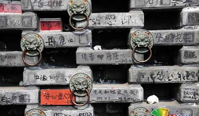 Bức tường dài 10m hơn 10.000 viên gạch dày kín chữ viết bậy của du khách - ảnh 4