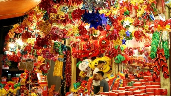 Colourful lanterns and traditional toys for the Mid-autumn festival on sale at a kiosk on Hang Ma street, Hanoi (Photo: CPV)