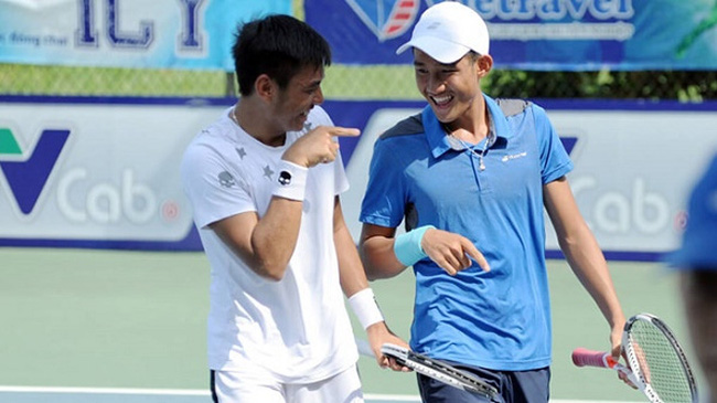 Ly Hoang Nam (left) and Nguyen Van Phuong win the doubles title at the recent Vietnam F2 Futures tournament.