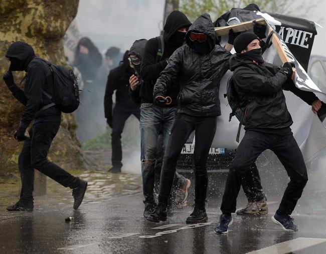 Hơn 100 người bị bắt giữ sau biểu tình bạo lực tại Pháp - ảnh 2