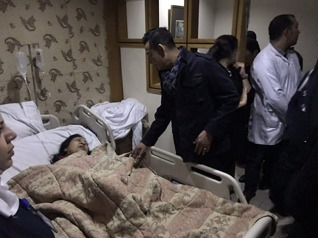 Vietnamese Ambassador to Egypt Tran Thanh Cong visits and conforts victims of the December 28 roadside bomb blast at the hospital. (Photo: VNA)