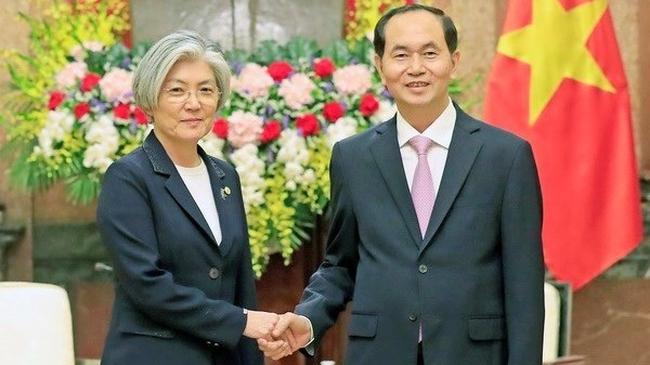 President Tran Dai Quang (R) receives Foreign Minister of the Republic of Korea Kang Kyung-wha. (Photo: VNA)