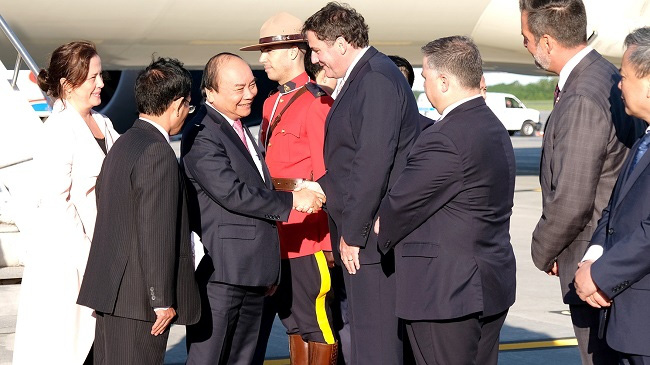 PM Nguyen Xuan Phuc is welcomed at the airport by Minister of Fisheries, Oceans and the Canadian Coast Guard Dominic LeBlanc, officials from Quebec State and Vietnamese Ambassador to Canada Nguyen Duc Hoa.